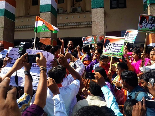 Hyderabad: Telangana Congress holds protest on the opening day of session