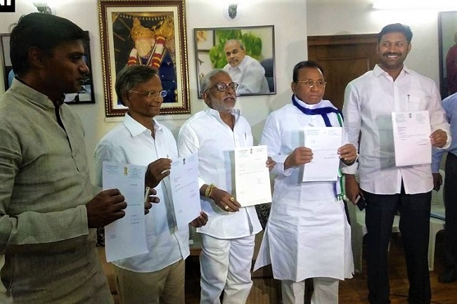 YSRCP MPs resign, embark fast unto death for SCS