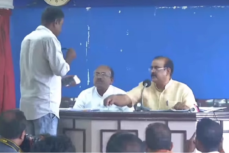 Case against former DGP Senkumar for threatening Kerala journalist during press meet