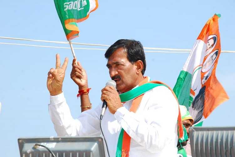 Cong candidate up against KCR raided by cops, threatens self immolation