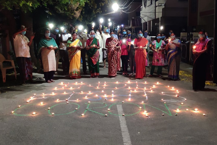 9pm9minute: India turns off lights and lights candles, many burst crackers