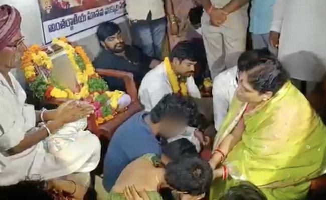 YS Sharmila and Pawan Kalyan visit Saidabad rape victim's family | The News Minute