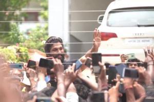 Allu Arjun fans throng actors Hyderabad residence to wish him on birthday