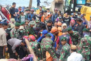 Indonesia tsunami death toll hits 429 as rain hampers rescue efforts
