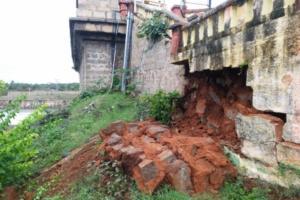 Portion of wall connecting Karnatakas KRS dam and Brindavan Gardens collapses