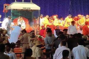Lakhs of devotees arrive in Tumakuru to catch one last glimpse of Shivakumara Swamy