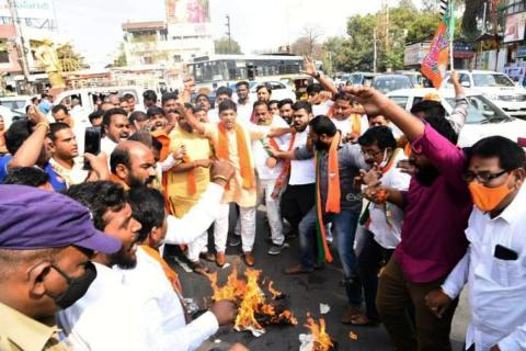 BJP activists burning effigy of TRS MLA K Vidya Sagar