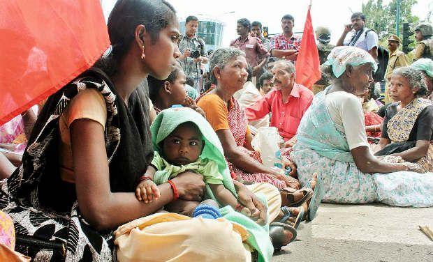 Women protest against close down of liquor shop in Kerala-TN border