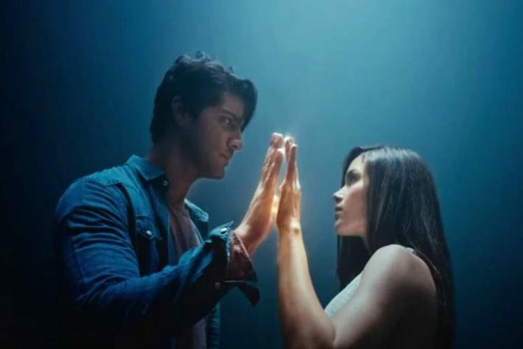 Lead actors are seen joining their hands together in the trailer of '99 Songs'.
