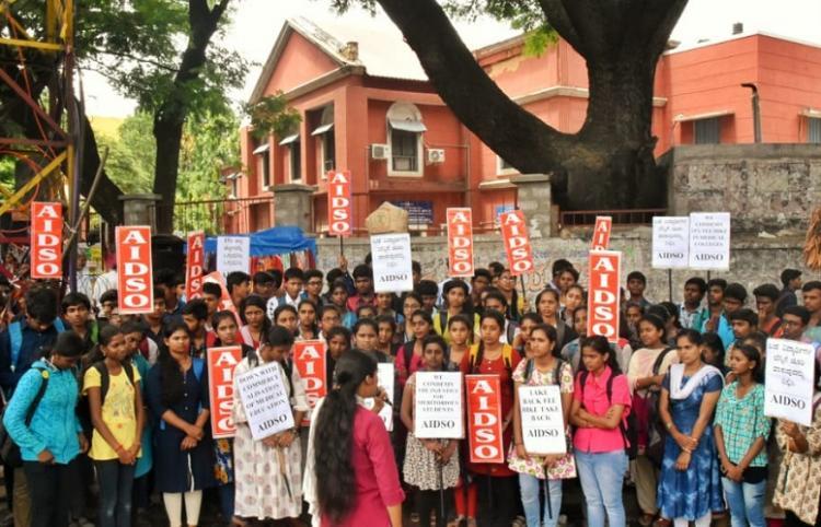 Student organisation protests steep fee hike for Karnataka medical and dental courses