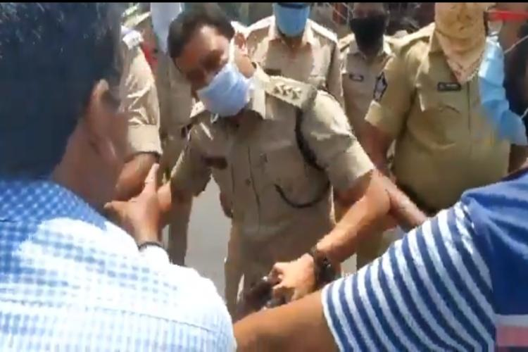 Journos attacked by police during lockdown in Andhra stage protest
