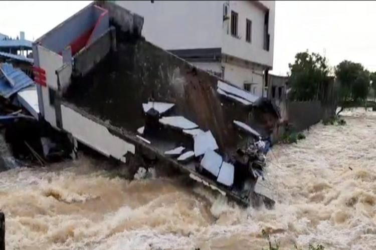 With heavy rain a house collapsed in Jaggampet of East Godavari