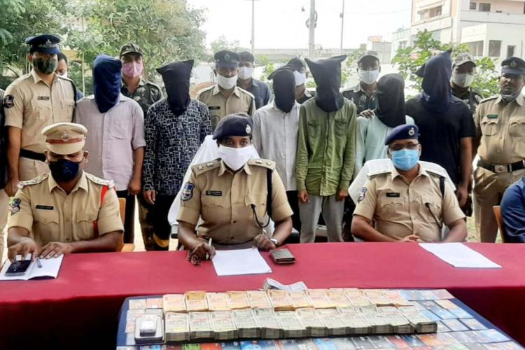District SP and other officials along with the accused who have been nabbed