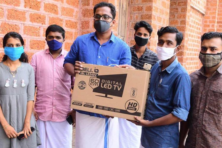 Rival Kerala student unions come together to help student in need