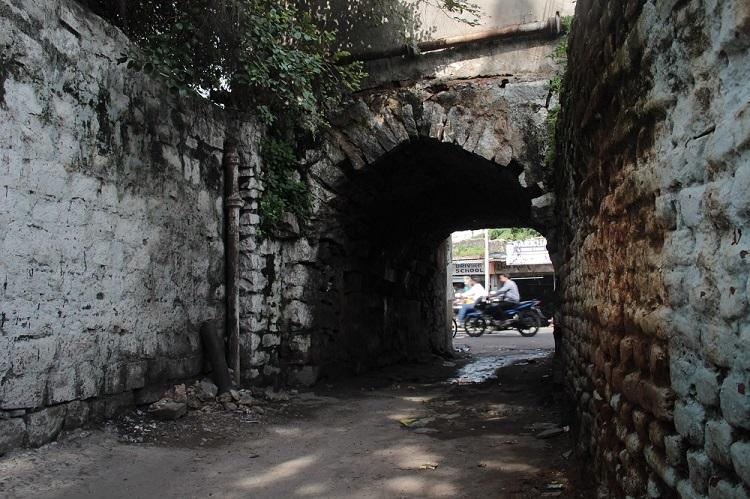 Of darwazas and khidkis Tracing the origins of the walled city of Hyderabad