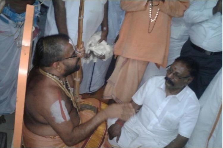 Andal row Dinamani editor Vaidyanathan meets Srivilliputhur temple head apologises