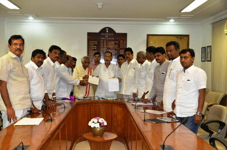 Andhra-Telangana delegation urges steps to prevent farmer suicides as issue reaches Centre