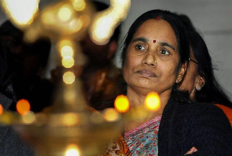 Asha Devi starts petition asking PM to expedite death penalty of Nirbhayas convicts