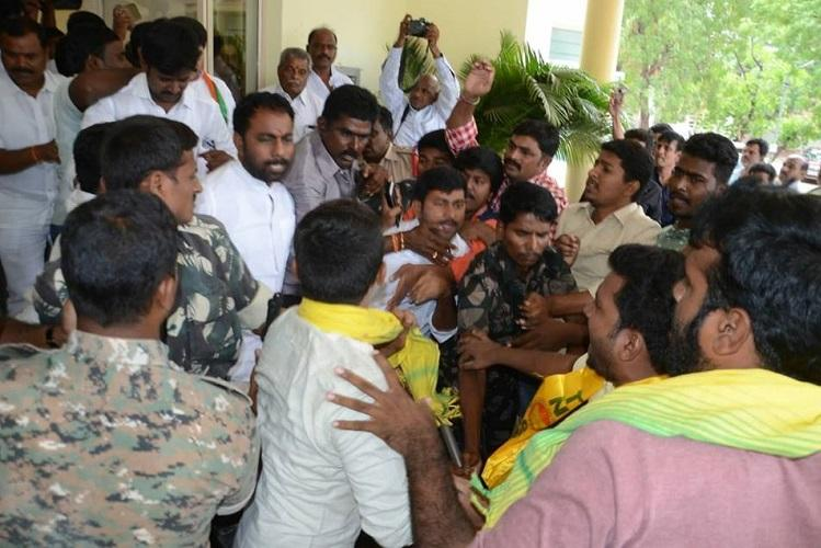 Tension in Anantapur as TDP and BJP activists clash over Kadapa steel plant row