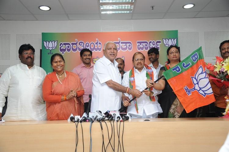 Senior Karnataka Congress leader Baburao Chinchansur joins BJP