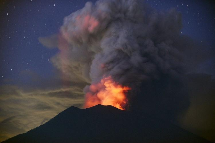 Bali airport to remain closed following volcanic ash eruption