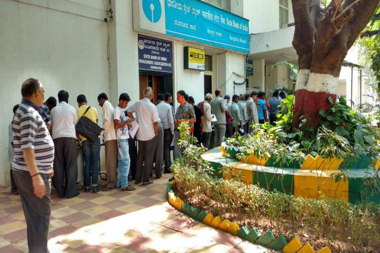 Thousands line up outside banks to exchange Rs 500 Rs 1000 notes