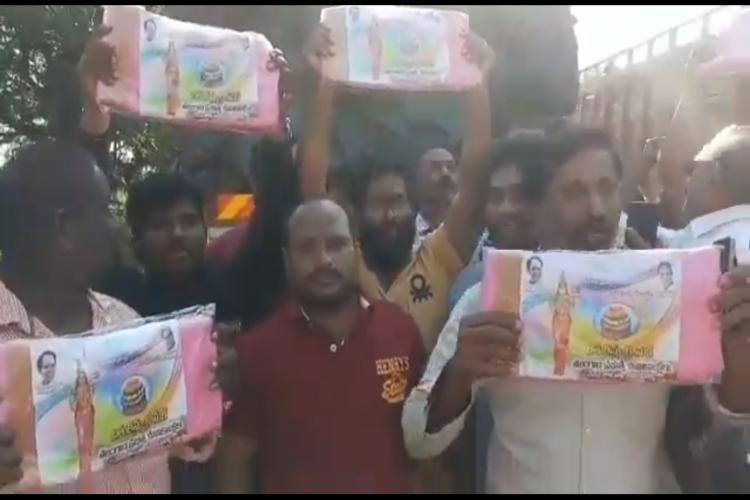TDP catches lorry transporting Bathukamma sarees alleges TRS violating EC orders