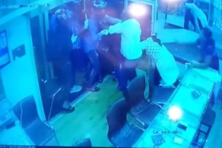 Watch Bengaluru sisters chase gang of 6 robbers out from dads jewellery store
