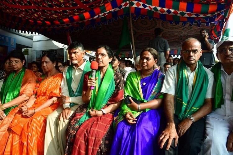Chandrababu Naidus wife donates gold bangles to protesting Amaravati farmers