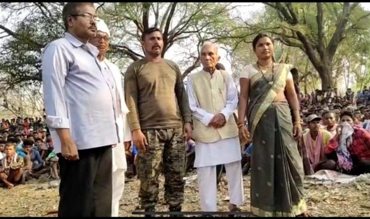 CRPF jawan Rakeshwar Singh Manhas released after being held captive by naxals in Chhattisgarh Scrores of residents of a village in Chhattisgarh are seen sitting around the jawan A few others are also standing next to the jawan