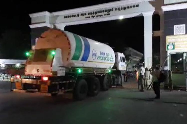 Oxygen tank entering the Chengalpattu government hospital