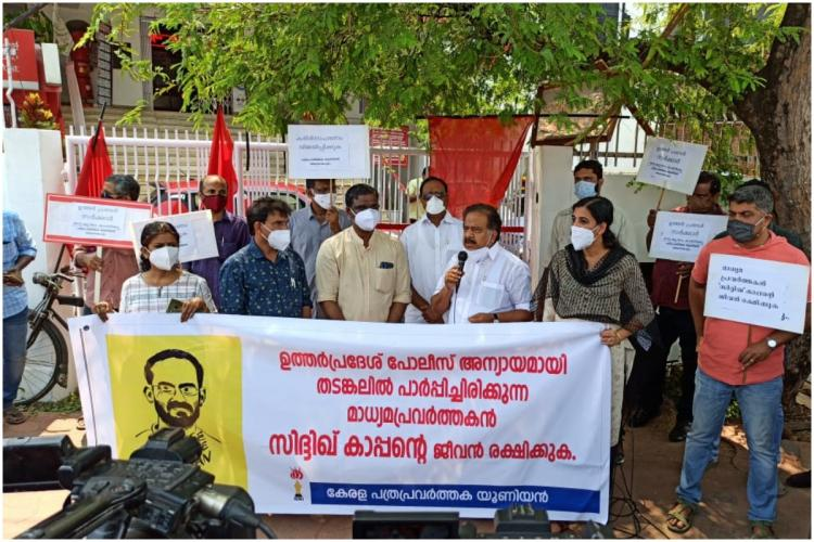 Kerala Opposition Leader Ramesh Chennithala inaugurating KUWJ protest to release journalist Siddique Kappan