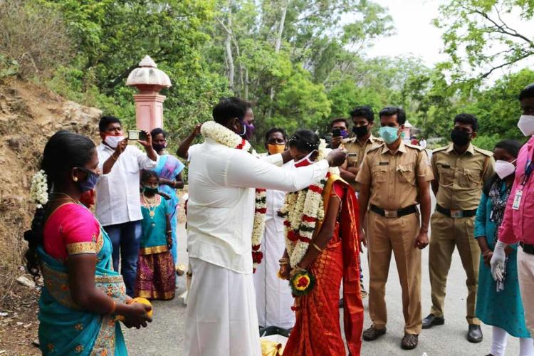 Due to prevailing covid condition and lockdown Kerala and Tamil Nadu couple holds wedding at interstate border