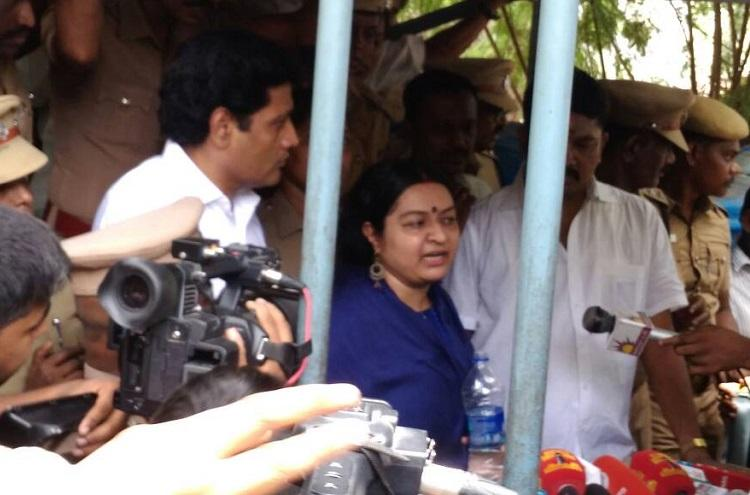 High drama at Poes Garden Jayalalithaas niece Deepa blocked from entering aunts house