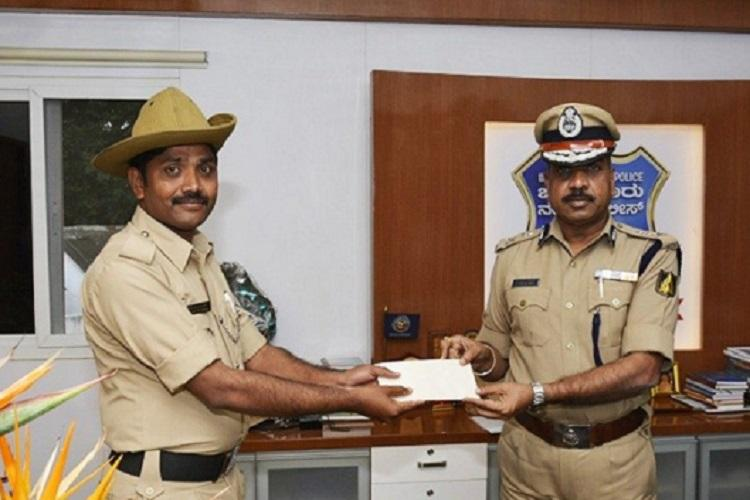 Commissioner awards Bluru cop Rs 10000 for song on chain snatching