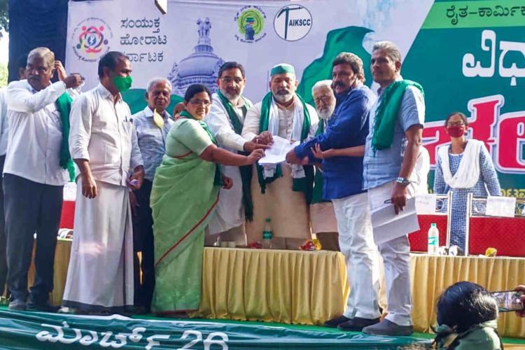 Farmers protest Rakesh Tikait Darshan Pal Kodihalli Chandrashekhar and others exchange memorandum in Bengaluru