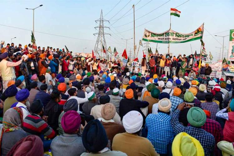An image of hundreds of farmers protesting at Delhi border