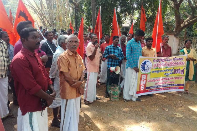 Industrial effluents are killing fishes in Periyar river say protesting Kochi fishermen