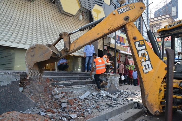 Crackdown on footpath encroachers in Hyd GHMC removes 1024 structures in a day