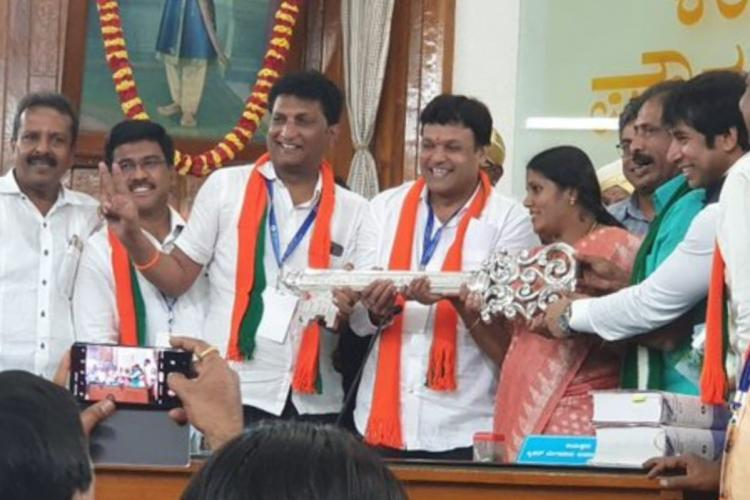 Ex-Mayor Goutham Kumar taking the baton from Ganambike Mallikarjun