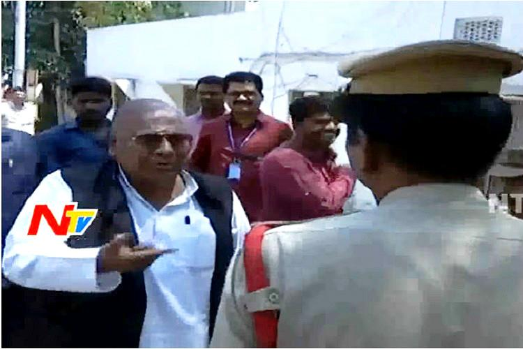 Video Former Congress MP V Hanumantha Rao yells at Telangana police officer