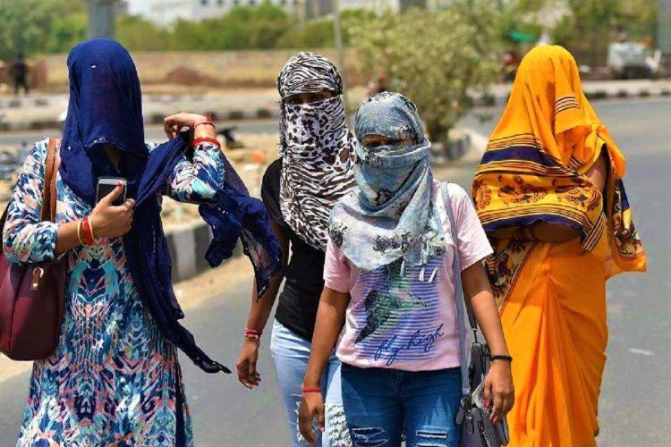 Women walking during a heatwave in India