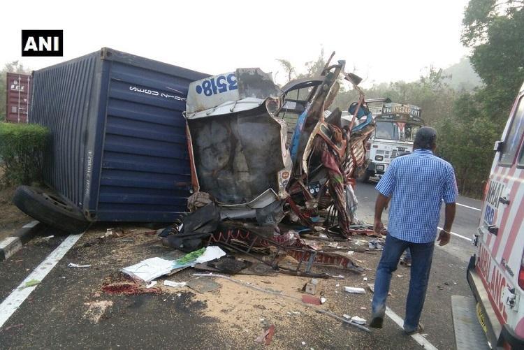 18 people killed as truck overturns on Mumbai-Bengaluru highway
