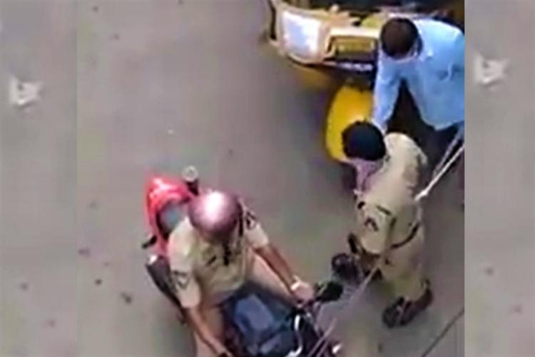 Policeman in Hyderabad take a bribe from a fruit vendor