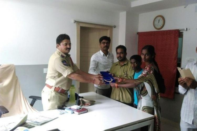 Hyd auto driver returns forgotten bag with cash and gold gets Rs 5000 reward from police