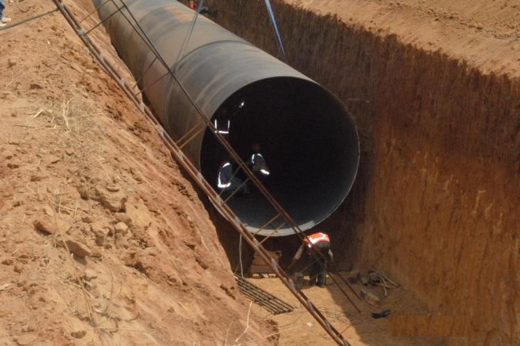 Road caves-in at Tarbund in Hyderabad as water pipe breaks road gets jammed up