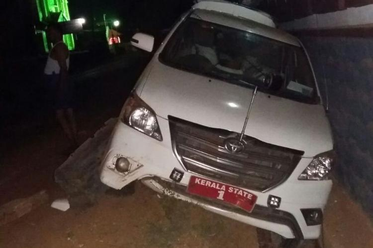 Oommen Chandys escapes unhurt as his car meets with an accident