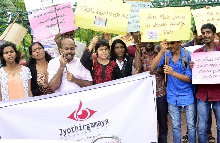 Cannot distinguish new currency notes Visually impaired people protest in Kerala