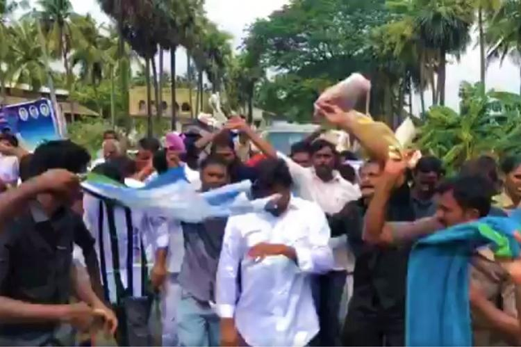 Honey bees attack Jagan, supporters during padayatra in