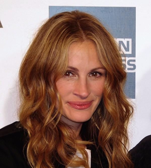 Shoeless Julia Roberts bends the rules on the red carpet